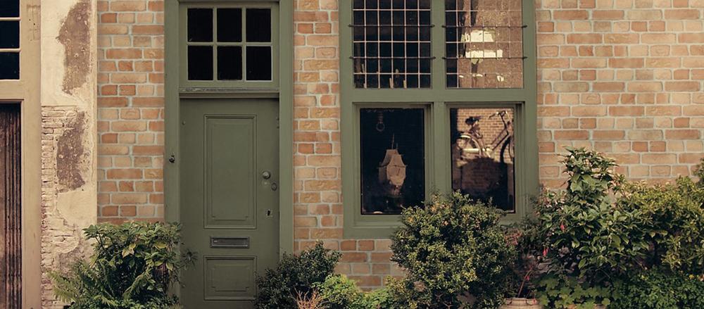 Decoración rústica de fachadas con plaquetas